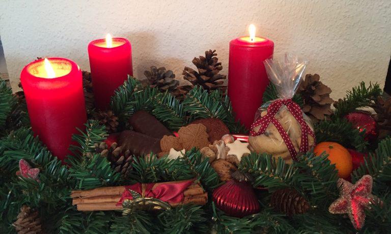 Weihnachten gesund genießen mit Leckereien, Kerzen und Weihnachtsdeko